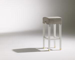 Tabouret haut Marly / tabouret de bar design / Café Marly / tissu gris / 4 pieds en bois blanc / piétement laiton / Designer Olivier Gagnère / Éditeur SOCA