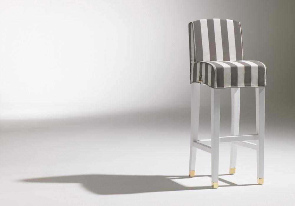 Chaise Haute Marly / Chaise de bar design / rayé blanc et gris / pieds en bois avec repose pied / détails en laiton / Designer Olivier Gagnère / Éditeur SOCA