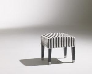 Pouf à rayure design / Café Marly / piétement alu / 4 pieds / tabouret / repose-pied / Designer Olivier Gagnère / Éditeur SOCA