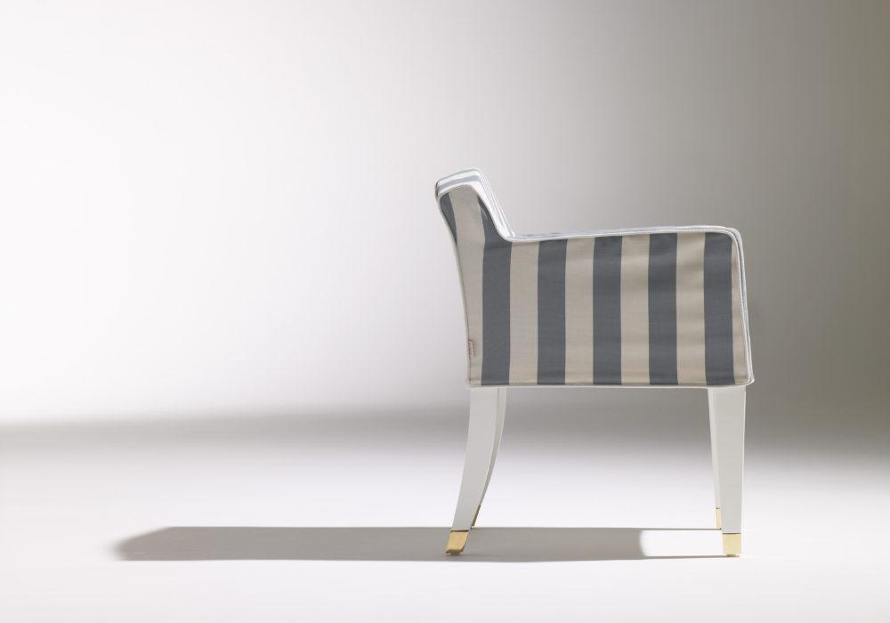 Fauteuil Marly / Café Marly / Chaise avec accoudoirs / Housse rayé bleu et blanc / pieds en bois blanc / sabot en laiton / design contemporain / mobilier chr / Designer Olivier Gagnère / Éditeur SOCA