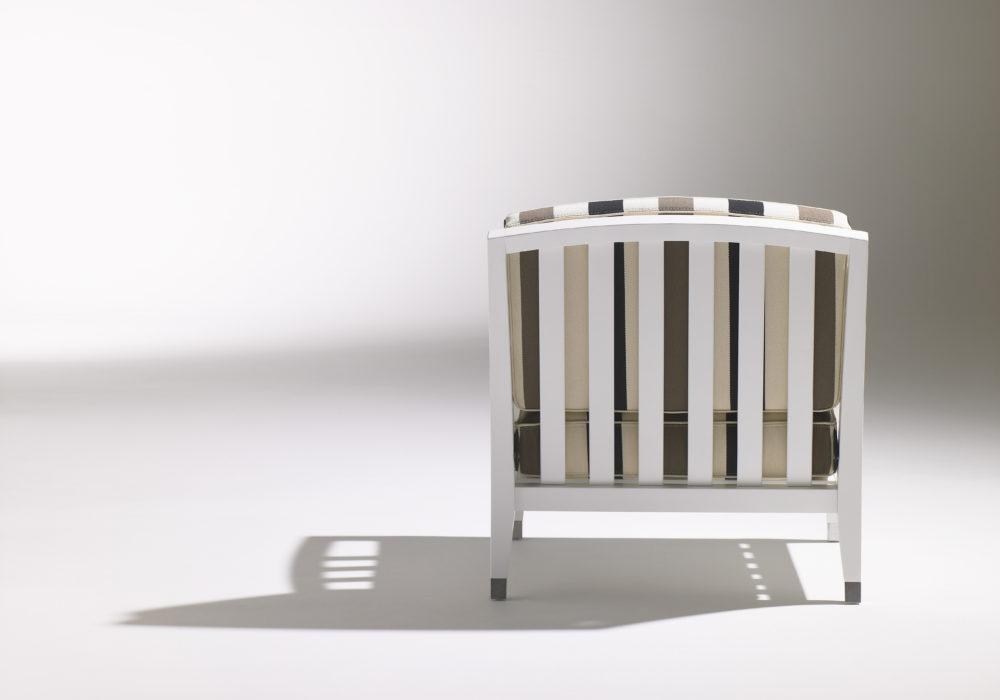 Chauffeuse Marly / fauteuil design contemporain / accoudoirs / structure en bois blanc / tissu rayé blanc noir marron / Designer Olivier Gagnère / Éditeur SOCA