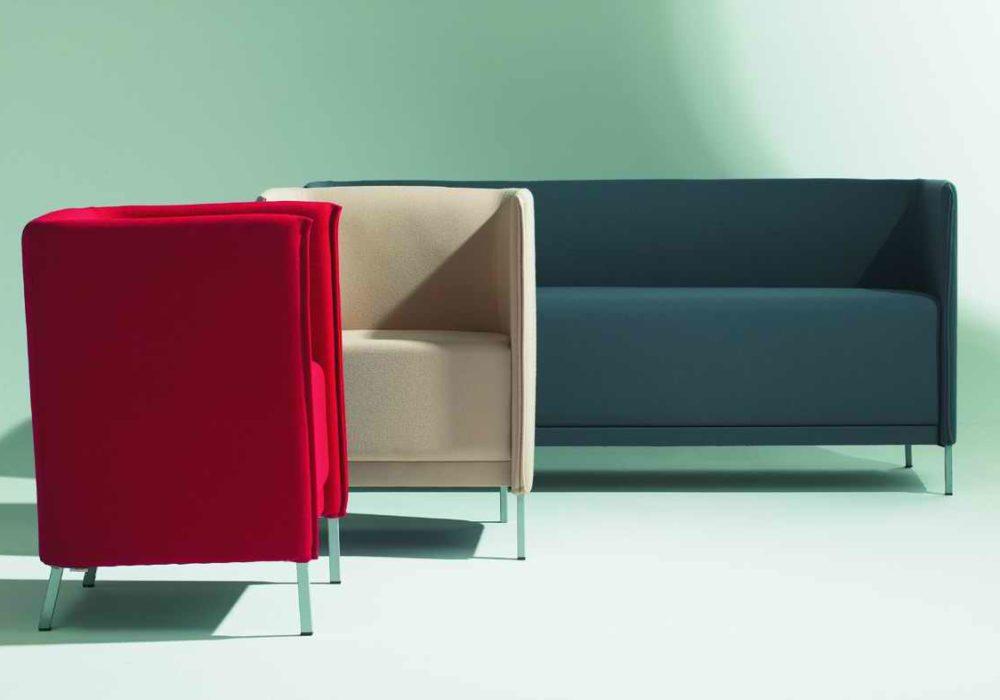 Ensemble de fauteuils et canapé Babaorum / Fauteuils en tissu rouge et beige / Canapé en tissu gris / Designer Philippe Soffiotti / Editeur SOCA