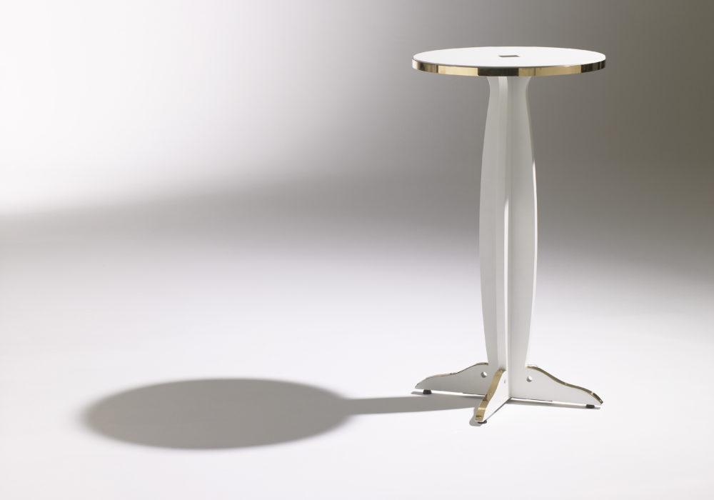 Guéridon Marly haut / Guéridon design / Café Marly / blanc et doré / plateau rond / cerclage laiton / Designer Olivier Gagnère / Éditeur SOCA