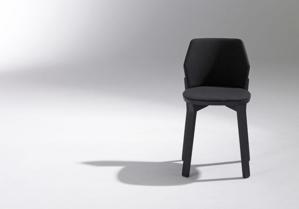 Chaise tapissée noire / design contemporain / chaise de restaurant bar / Designer Jérôme Gauthier / Éditeur SOCA