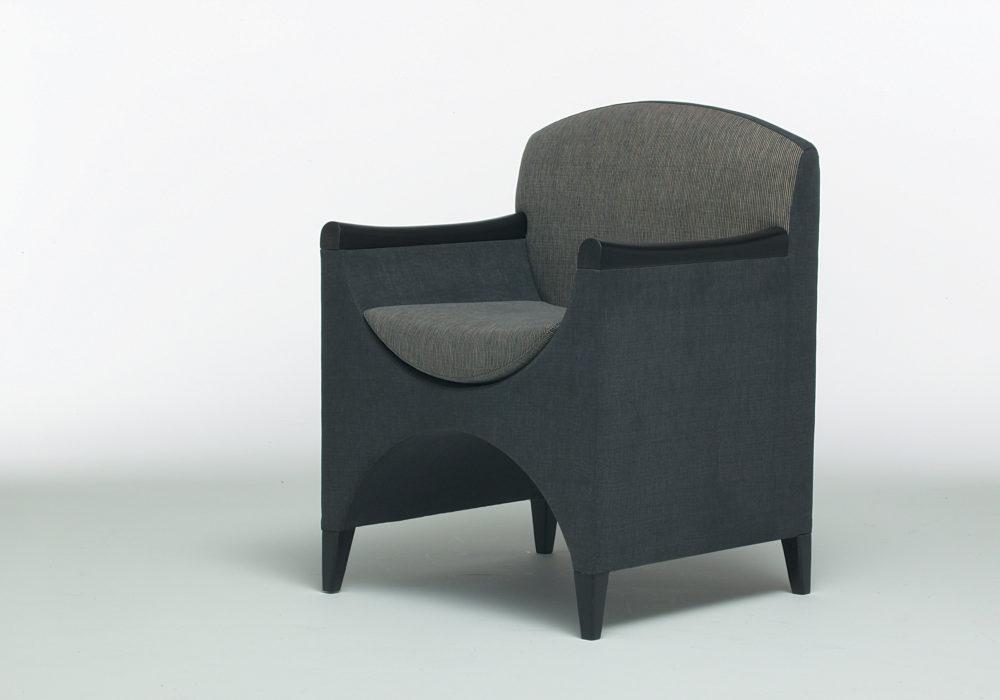 Fauteuil design contemporain / tissu gris / accoudoirs / Designer Olivier Gagnère / Éditeur SOCA