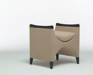 Pouf design Caesar / Sur pied avec accoudoirs / Beige / Designer Olivier Gagnère / Éditeur SOCA