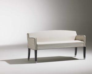 Canapé Marly / Tissu blanc liseré noir / avec accoudoirs / 4 pieds en bois noirs / piétement alu / design contemporain / Designer Olivier Gagnère / Éditeur SOCA