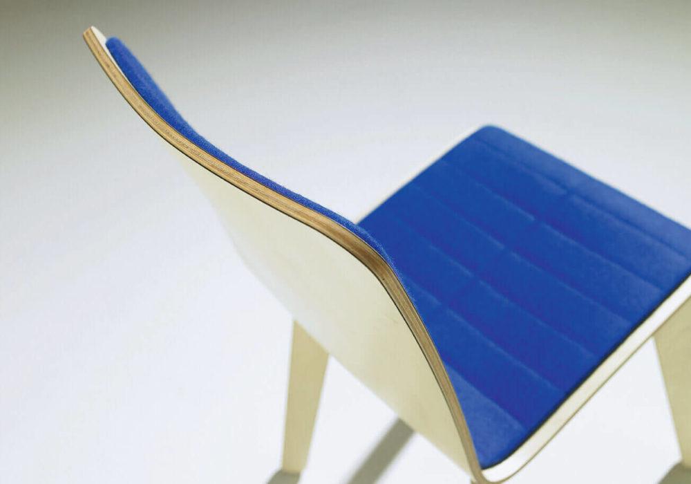 Chaise Frizz / design / bois garni bleu électrique / Design Thierry D'Istria / Editeur SOCA
