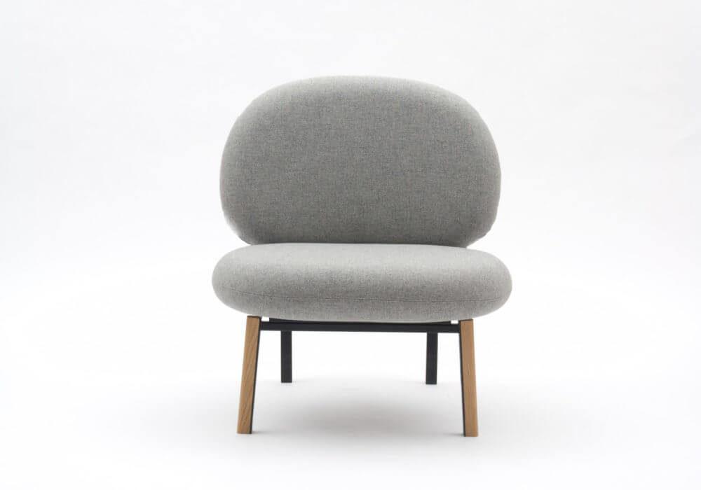 Fauteuil Andromède / Coussin tapissé gris / structure en bois et détails métal noir / Design Thierry D'Istria / Editeur SOCA