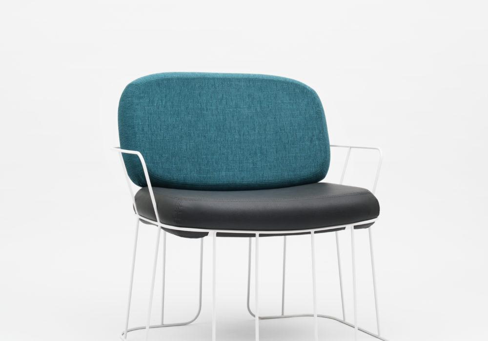 Chaise Pins & Needles / accoudoirs / Piétement et structure métal blanc / coussin dossier bleu / Coussin d'assise cuir noir / Design Thierry D'Istria / Editeur SOCA