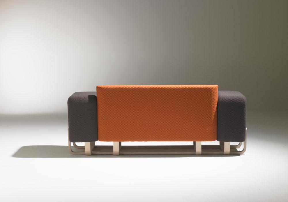 Canapé avec accoudoirs / orange gris / pieds en bois / design contemporain / SOCA / Thierry D'Istria