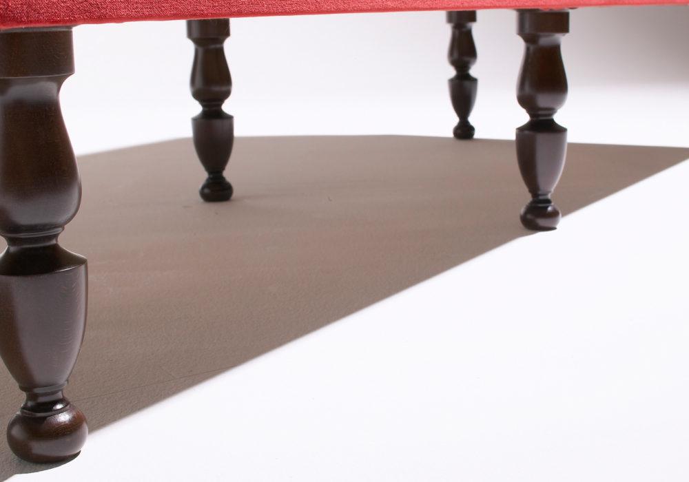 Banquette de restauration rouge velours pieds design en bois Soca
