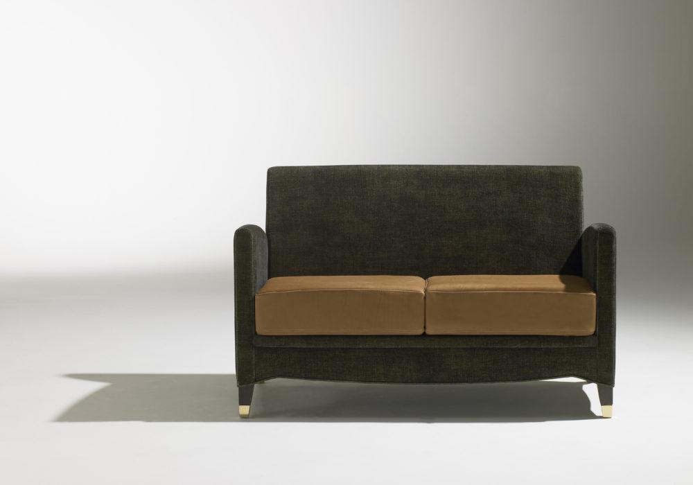 Canapé Café Marly / design classique / Revêtement tissu gris / assise cuir marron / sabots laiton / Designer Olivier Gagnère / Éditeur SOCA