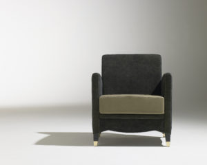 Fauteuil Café Marly / tissu gris et beige / pétement laiton / accoudoirs / design classique / Designer Olivier Gagnère / Editeur SOCA