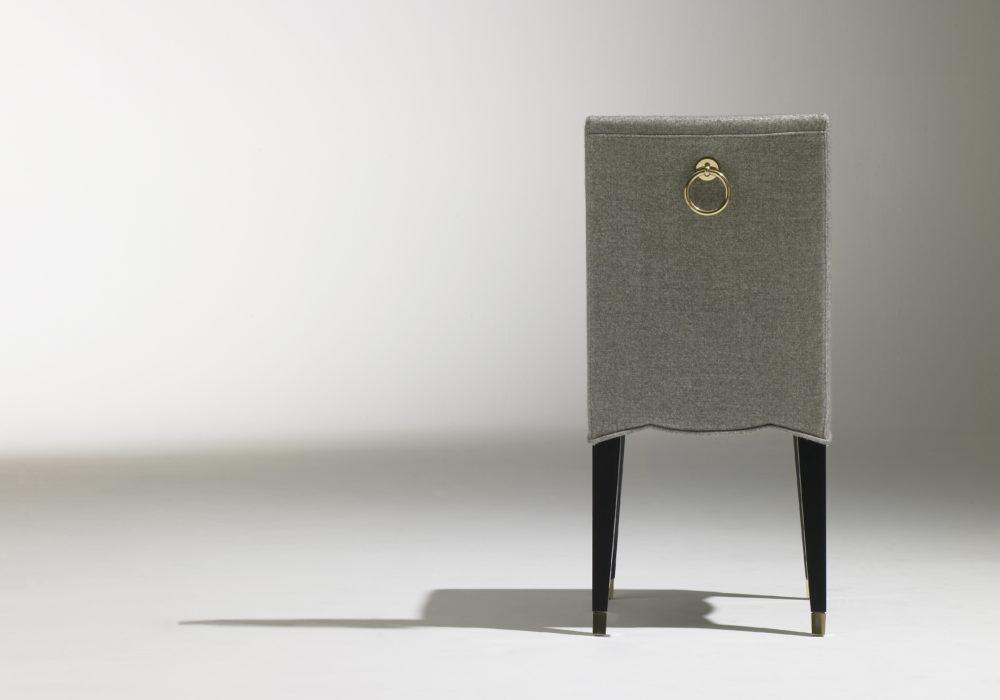 Chaise Café Marly / chaise de restaurant chic / design contemporain / revêtement tissu gris / 4 pieds en bois noir / sabots et anneau laiton / Designer Olivier Gagnère / Éditeur SOCA