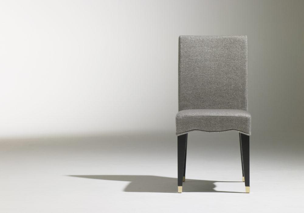 Chaise Café Marly / chaise de restaurant chic / design contemporain / revêtement tissu gris / 4 pieds en bois noir / sabots laiton / Designer Olivier Gagnère / Éditeur SOCA