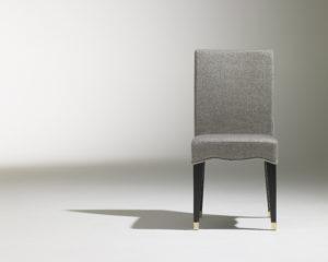 Chaise Café Marly / chaise de restaurant chic / design contemporain / revêtement tissu gris / 4 pieds en bois noir / sabots laiton / Designer Olivier Gagnère