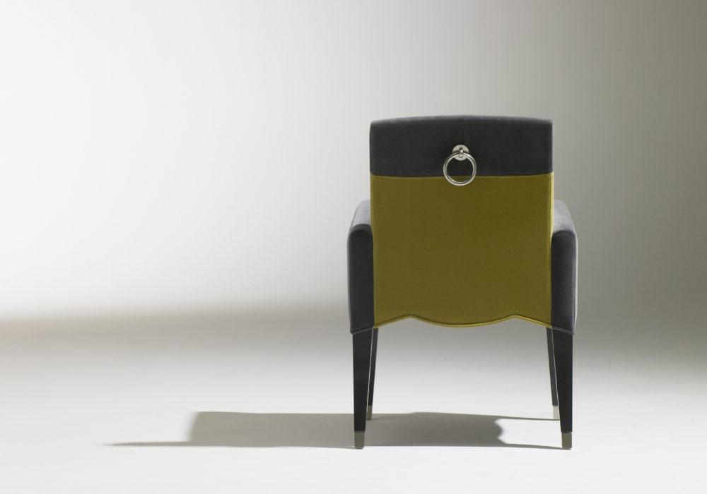 Bridge Café Marly / Chaise de restauration accoudoirs / design contemporain / revêtement en velours vert et gris / sabots et anneau en laiton / 4 pieds en bois / Designer Olivier Gagnère / Éditeur SOCA