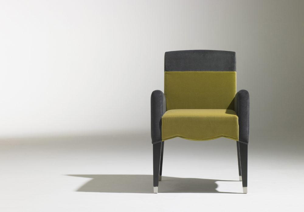 Bridge Café Marly / Chaise de restauration accoudoirs / design contemporain / revêtement en velours vert et gris / sabots en laiton / 4 pieds en bois / Designer Olivier Gagnère / Éditeur SOCA