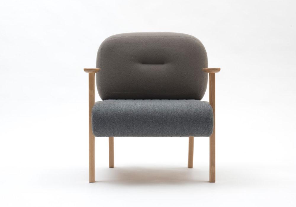 Fauteuil gris design Majorana, pieds accoudoirs en bois Thierry D'Istria SOCA