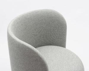 fauteuil Orecchino Margaux Keller assise ronde design tissu gris laiton pieds en bois Soca