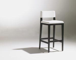 Chaise haute design contemporaine blanche et noire repose-pied 4 pieds Georges Karam SOCA