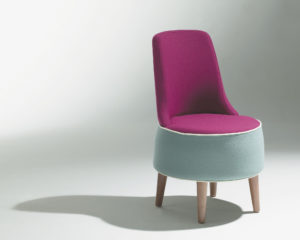 Chauffeuse Karla Mazo Petit fauteuil design dossier droit violet 4 pieds en bois Philippe Soffiotti Jérôme Gauthier SOCA