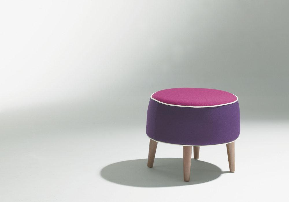 Pouf Karla Mazoo Violet design piétement bois liseré blanc 4 pieds Philippe Soffiotti Jérôme Gauthier Soca