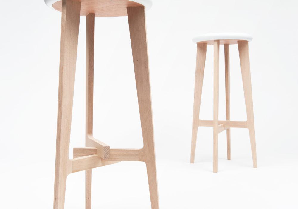 Tabourets hauts en bois design Soca Neil Poulton