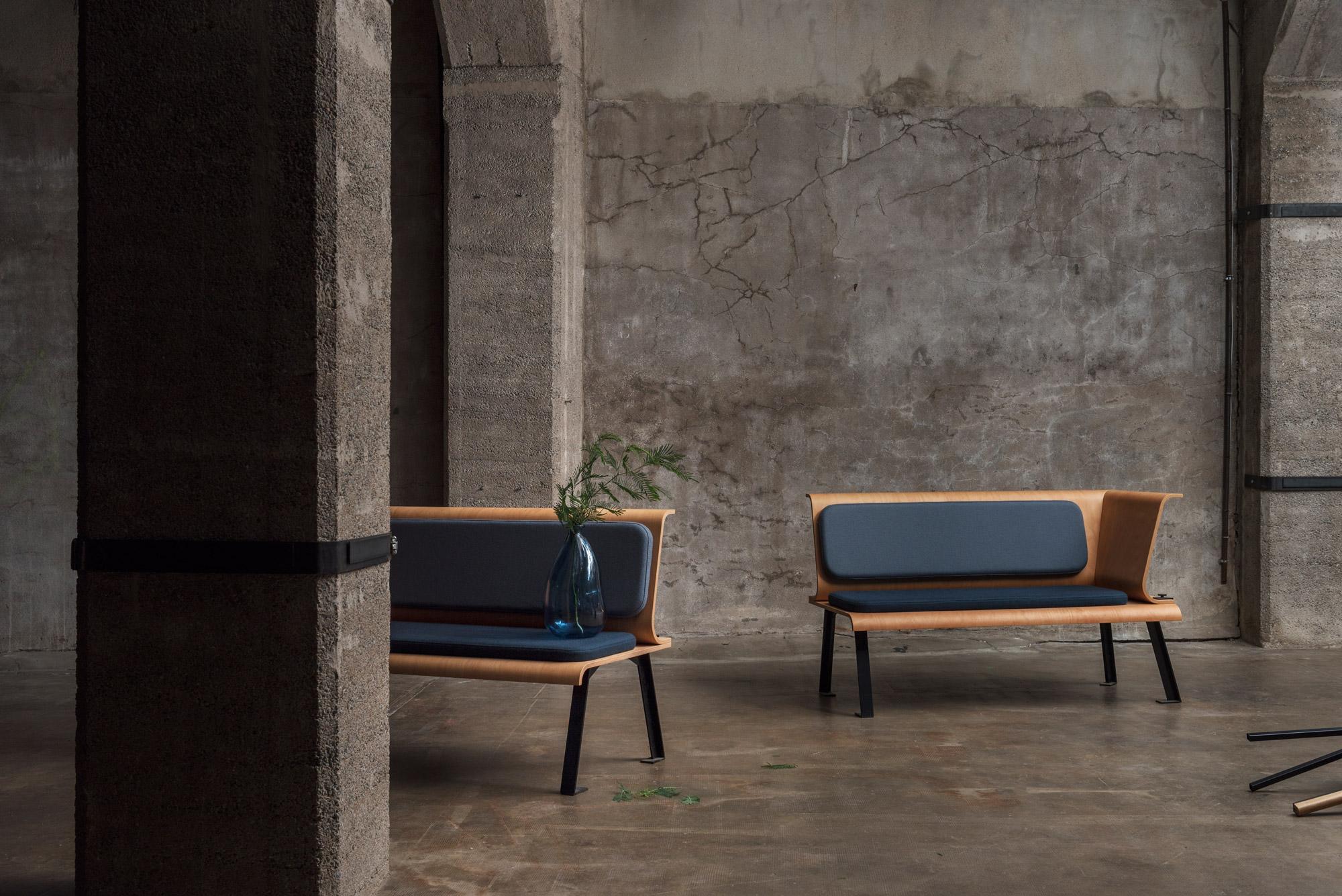 Banquette Endless Summer / Coque en bois / Piétement métal noir / Assise et dossier gris / Décor Industriel, béton / Design Thierry D'Istria / Editeur SOCA