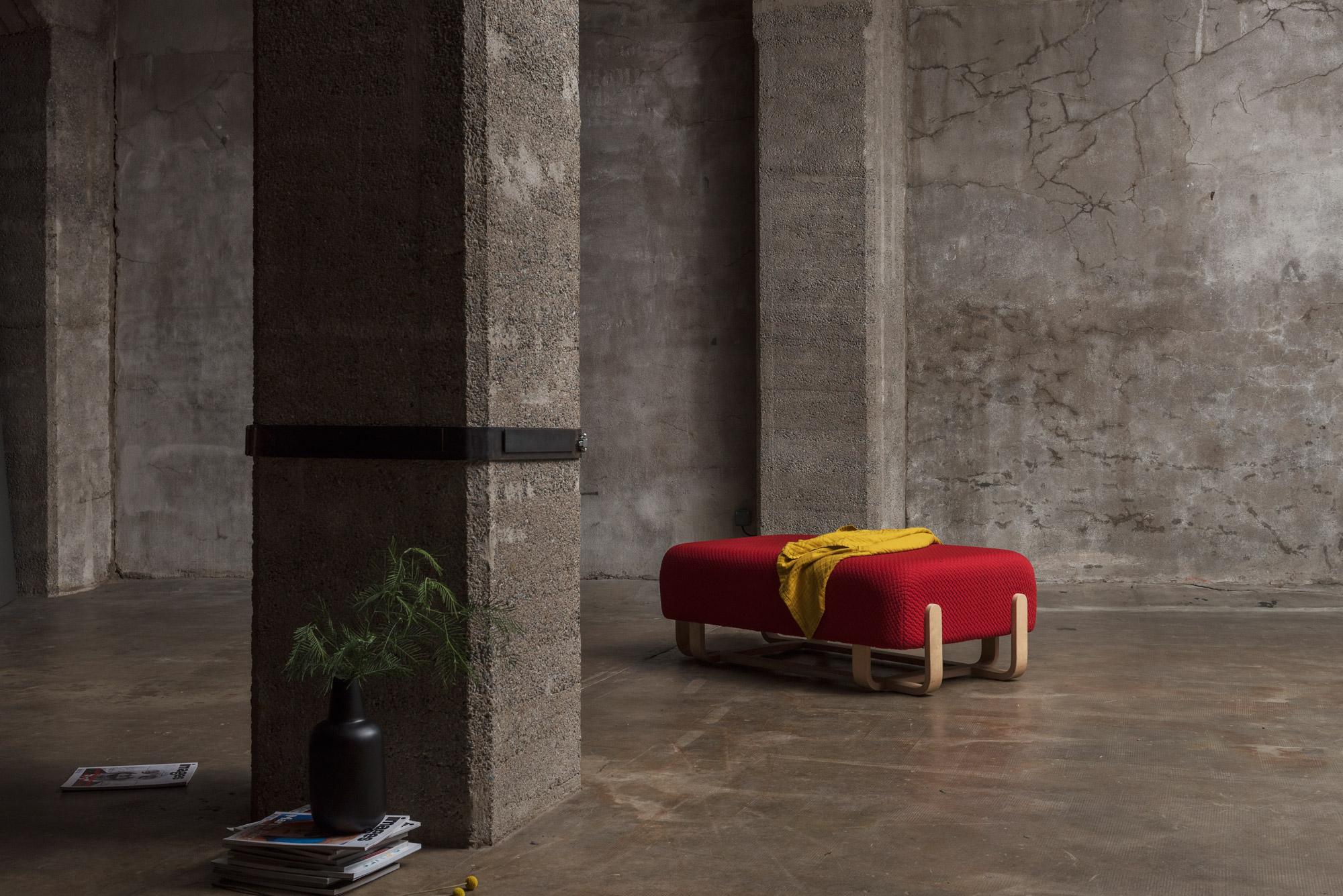 Banc Couple / décor industriel béton / Tissu rouge / Piétement bois / Design Thierry D'Istria / Editeur SOCA