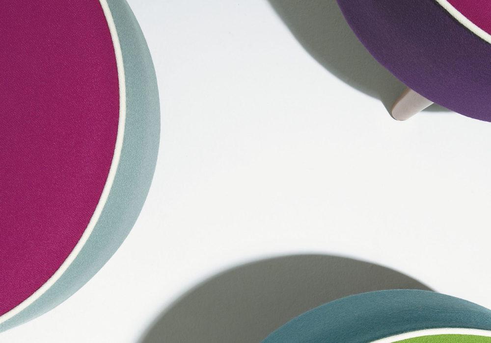 Poufs Karla Mazoo Multicolore design piétement bois liseré blanc 4 pieds Philippe Soffiotti Jérôme Gauthier Soca