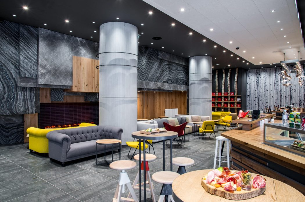 Salon Hôtel Alpina Chamonix / Canapé Chesterfield