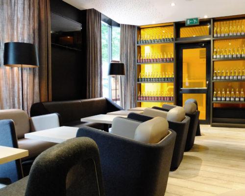 Mobilier contemporain hôtel accueil du Novotel Marseille