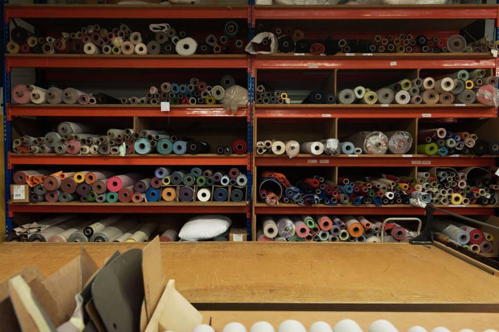 tapisserie rouleaux tissus couleurs étagères soca