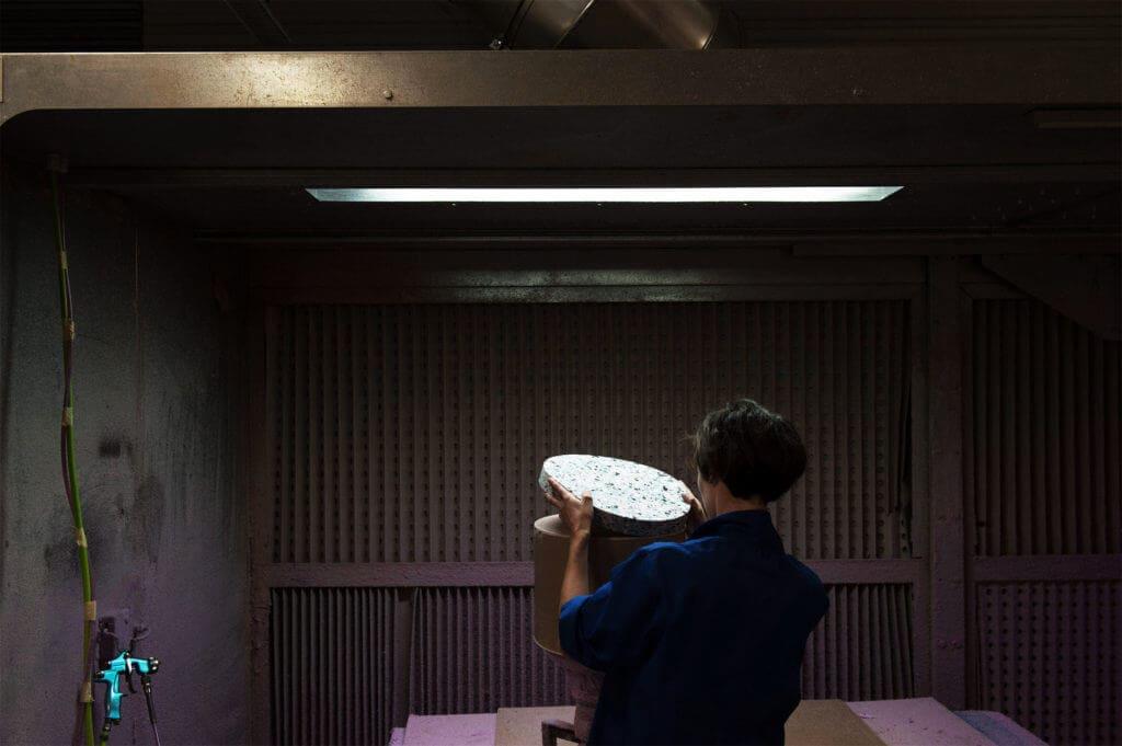 cabine de colle mousse assemblage femme soca