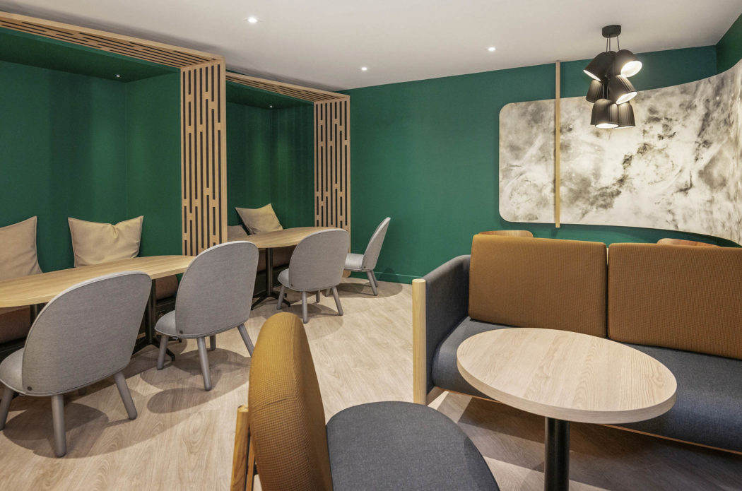 Salle de restaurant Novotel Blois / Mur vert