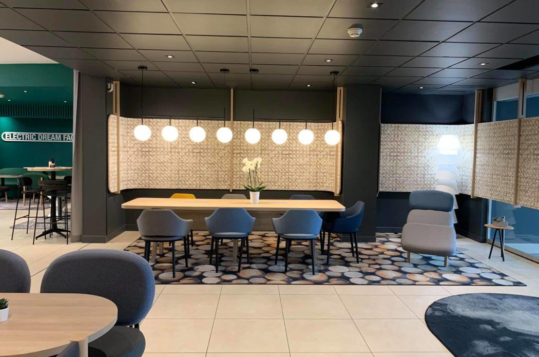 Salle de restauration Hotel Novotel Blois / Grande table en bois et suspension luminaire design