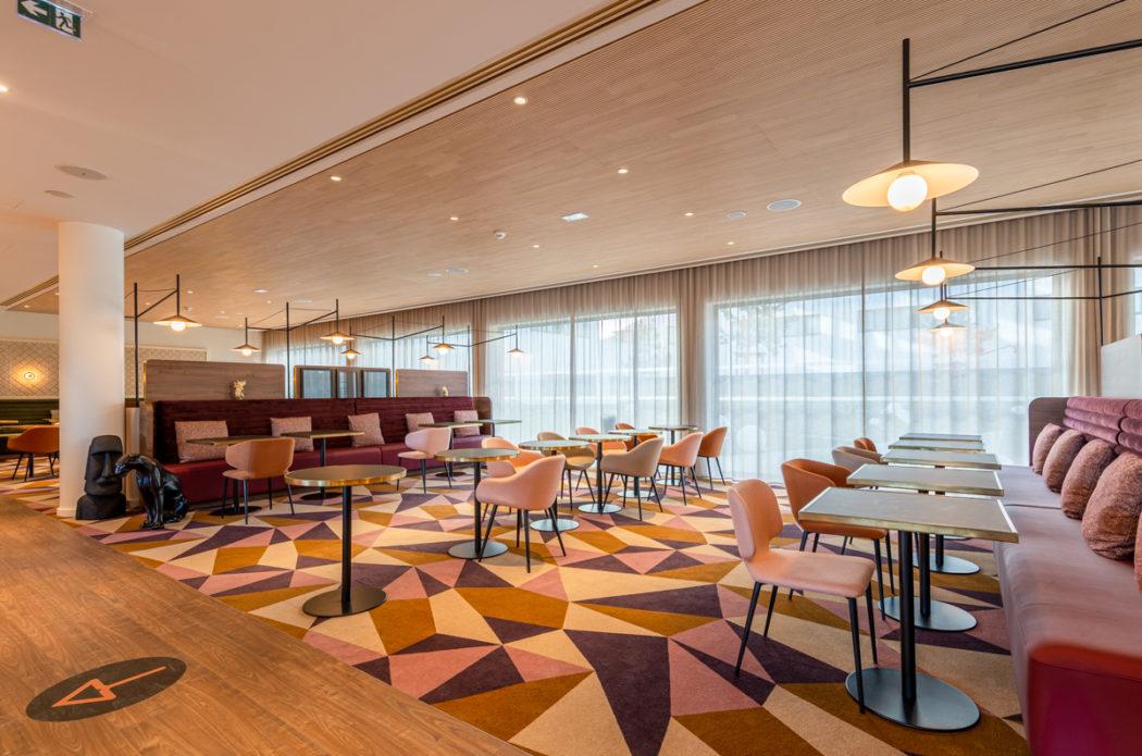Salle de restaurant hôtel Hyatt roissy charles de gaulle / Table sur-mesure SOCA