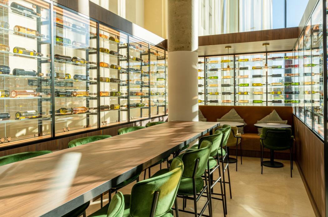 Bar lounge hôtel Hyatt Roissy Charles de Gaulle / Banquette et coussins sur-mesure SOCA
