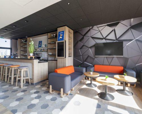 Campanile Chartres - Lounge - Canapé entrée gris et orange - Collection Couple