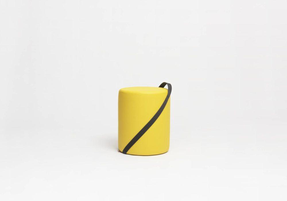 Petit pouf rond en cuir jaune sangle noire - Argos - 40cm