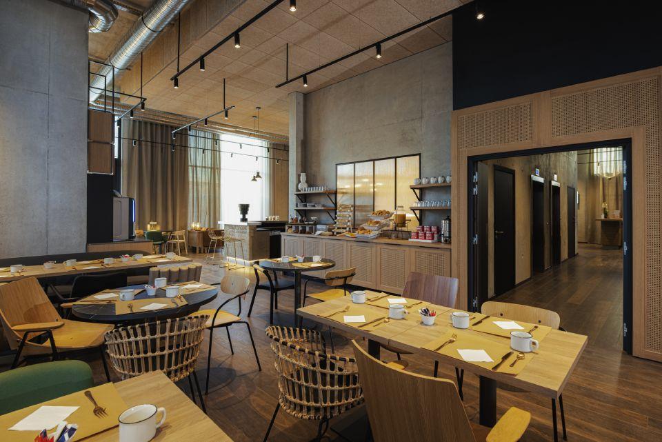 Salle de restaurant Novotel Annemasse - fauteuils tables banquettes SOCA - Décor contemporain