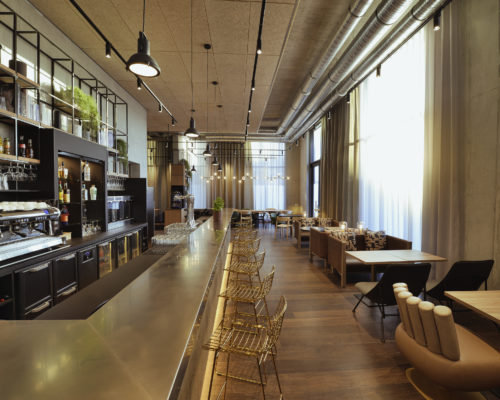Salle de restaurant Bar Novotel Annemasse - fauteuils tables banquettes SOCA - Décor contemporain